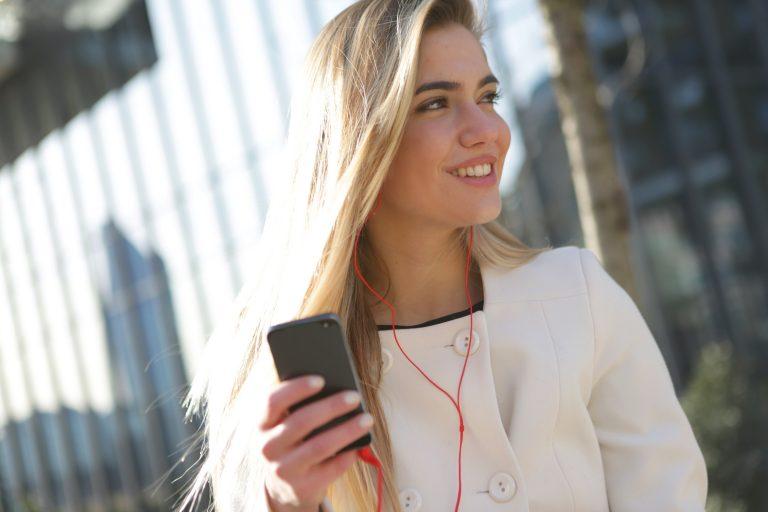 Frau mit Telefon in der Hand um Servisation zu kontaktieren