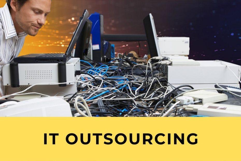 Mann sitzt überfordert vor IT Chaos aus Kabeln und Computern und ist bereit für IT Outsourcing