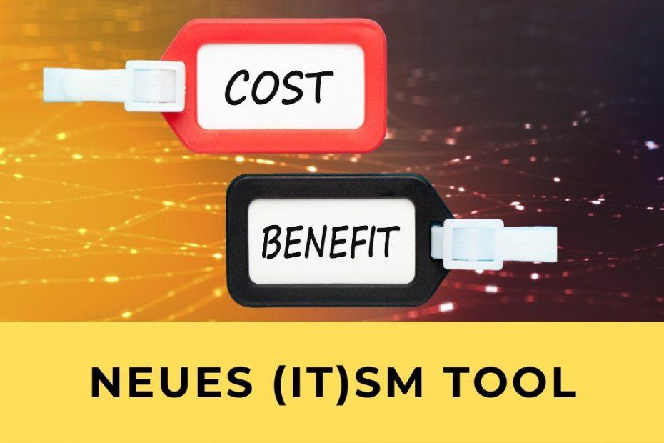 Als Symbol für die Gründe, die für ein neues IT Service Management Tool stehen sind 2 Schilder abgebildet, die Cost und Benefit geschrieben haben. Der Hintergrund ist gelb und braun, der Text sagt: Neues (IT) SM Tool