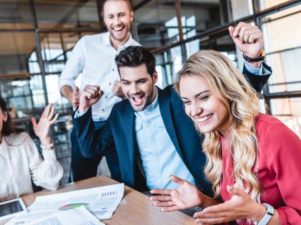Team aus Männern und Frauen arbeitet im Büro