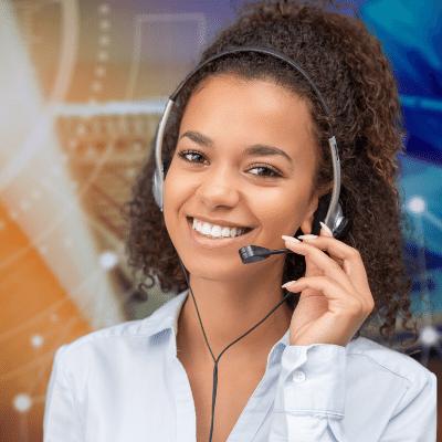 Frau mit headset arbeitet im IT Service Management vor einem Laptop